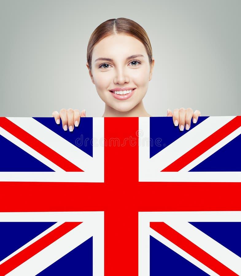 Porträt des glücklichen hübschen Mädchens mit BRITISCHEM Flaggenhintergrund lizenzfreie stockfotografie