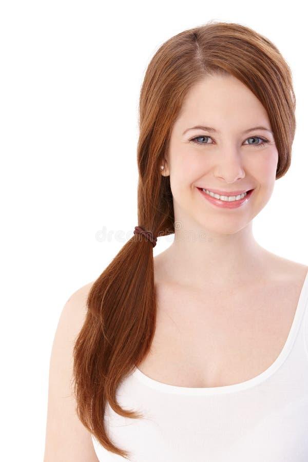 Porträt des glücklichen Ingwermädchens stockfotografie