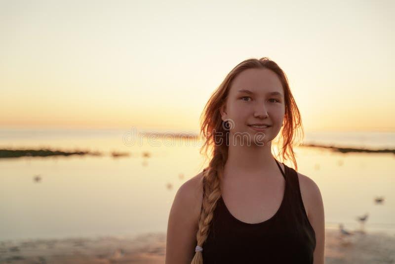 Porträt des glücklichen jugendlich Mädchens auf Strand stockbilder