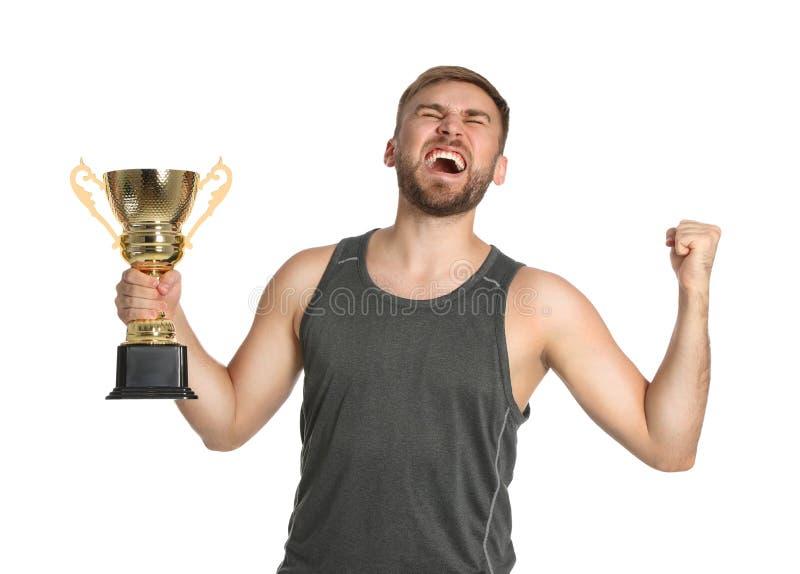 Porträt des glücklichen jungen Sportlers mit Goldtrophäenschale auf Weiß lizenzfreie stockbilder