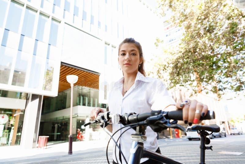 Porträt des glücklichen jungen weiblichen Radfahrers lizenzfreie stockfotos