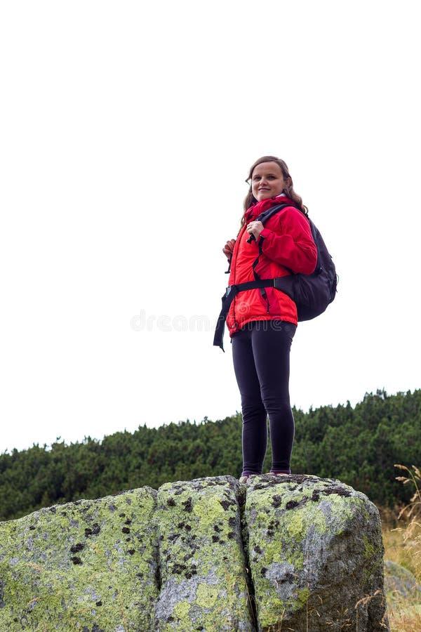 Porträt des glücklichen jungen weiblichen Wandererlächelns lizenzfreies stockbild