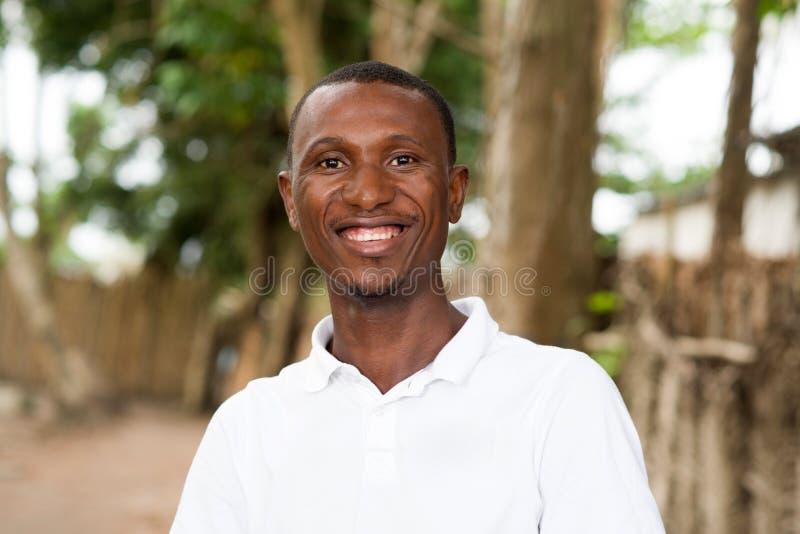 Porträt des glücklichen jungen zufälligen Mannes stockbild