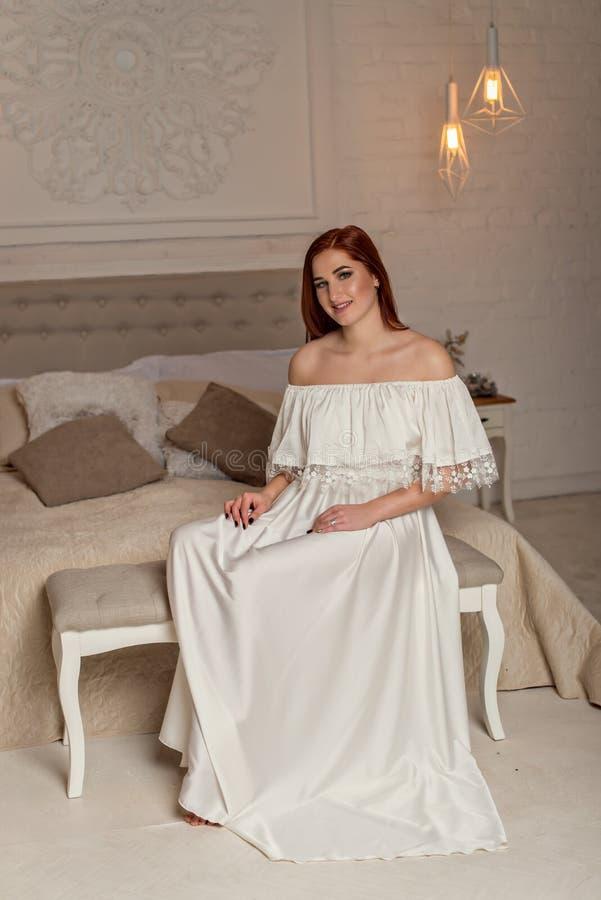 Porträt des glücklichen junges Mädchen- und Abendluxusmakes-up, trägt die Glättung des weißen Kleides Vogue-Artmodellmädchen im e stockfoto