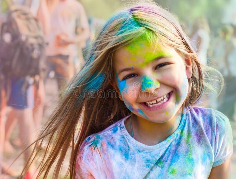 Porträt des glücklichen kleinen Mädchens auf holi Farbfestival lizenzfreie stockfotos