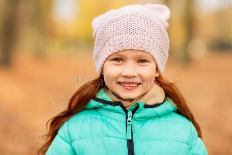 Porträt des glücklichen kleinen Mädchens am Herbstpark lizenzfreie stockfotos