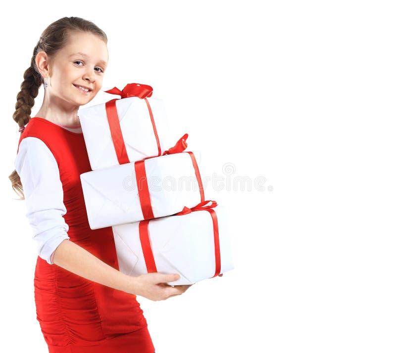 Porträt des glücklichen kleinen Mädchens mit Geschenkboxen vorbei lizenzfreie stockbilder