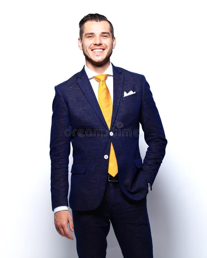 Porträt des glücklichen lächelnden jungen Geschäftsmannes, lokalisiert auf Weiß stockfotografie