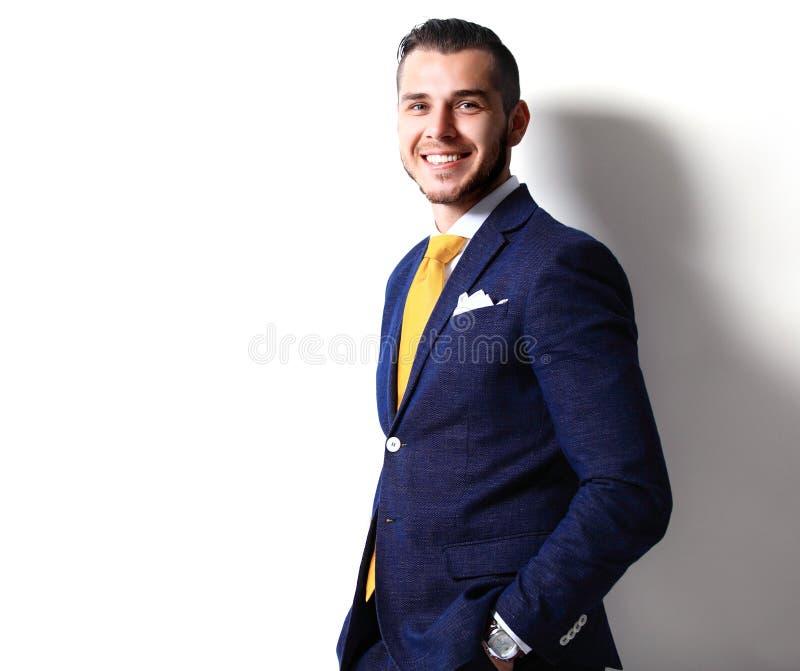 Porträt des glücklichen lächelnden jungen Geschäftsmannes, lokalisiert auf Weiß lizenzfreie stockfotografie