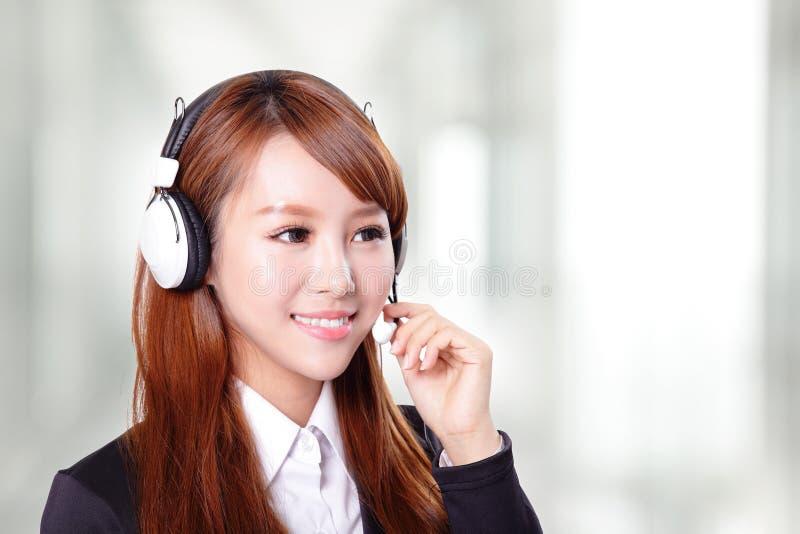 Porträt des glücklichen lächelnden Stütztelefonbetreibers im Kopfhörer lizenzfreies stockbild