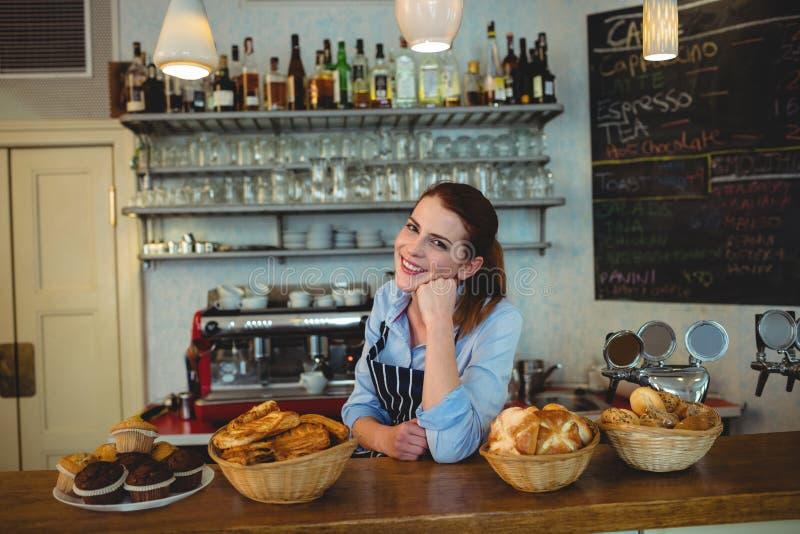 Porträt des glücklichen Ladenbesitzers am Zähler im Kaffeehaus stockfoto