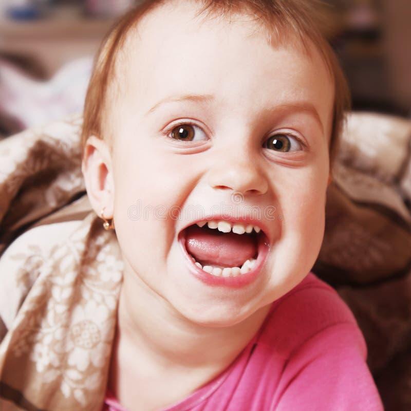 Porträt des glücklichen lustigen Babys vor Schlafenszeit Kindheit, lau lizenzfreies stockfoto