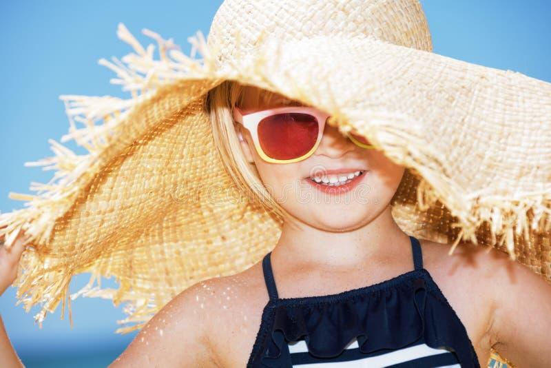 Porträt des glücklichen Mädchens großen Strohhut tragend stockfotos