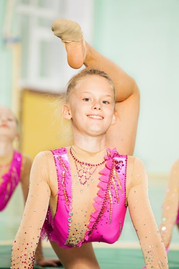 Porträt des glücklichen Mädchens rhythmische Gymnastik tuend stockbilder
