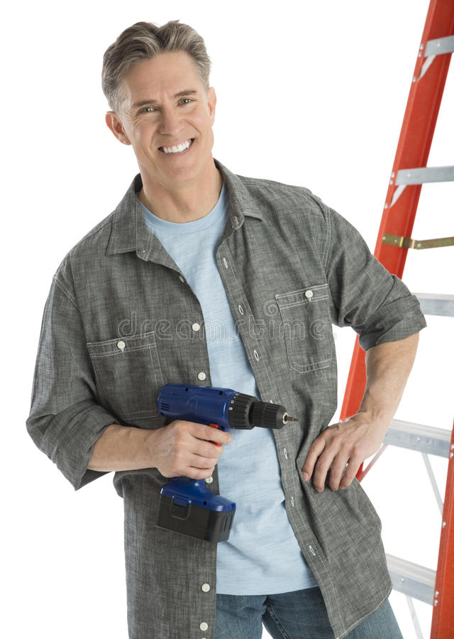 Porträt des glücklichen männlichen Tischlers Holding Drill stockfotografie