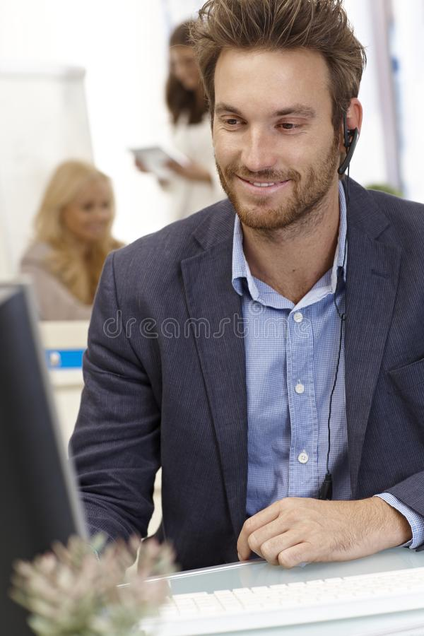Porträt des glücklichen männlichen Verteilers stockfoto