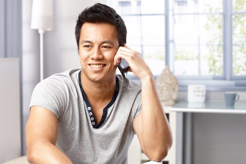 Porträt des glücklichen Mannes beim Telefonanruf stockfotografie