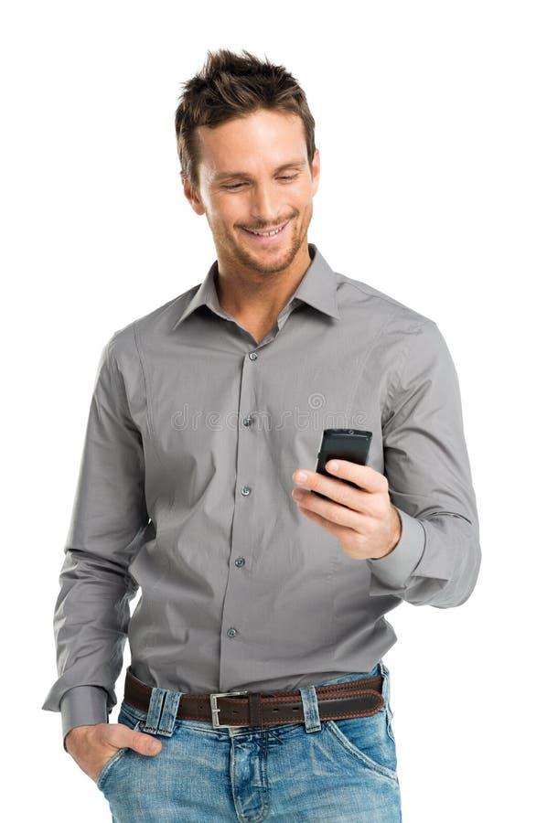Porträt des glücklichen Mannes, der Mobile verwendet stockbilder