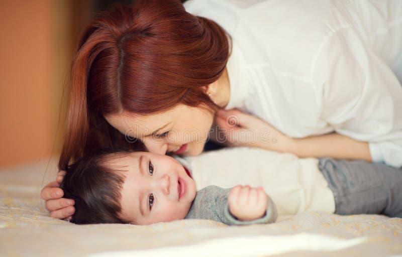 Porträt des glücklichen Mutter- und Kinderspielens stockfotos