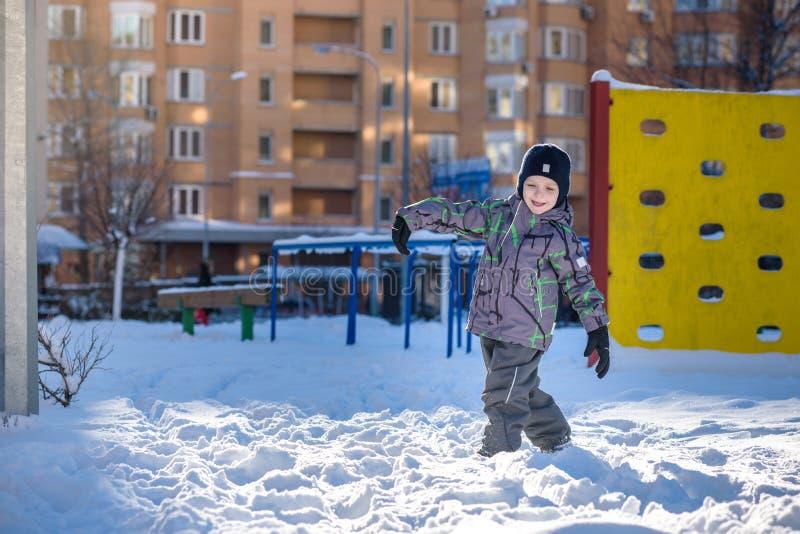 Porträt des glücklichen netten Kleinkindjungen auf bunte warme Wintermode kleidet Lustiges Kind, das Spaß im Wald oder im Park au stockfotografie