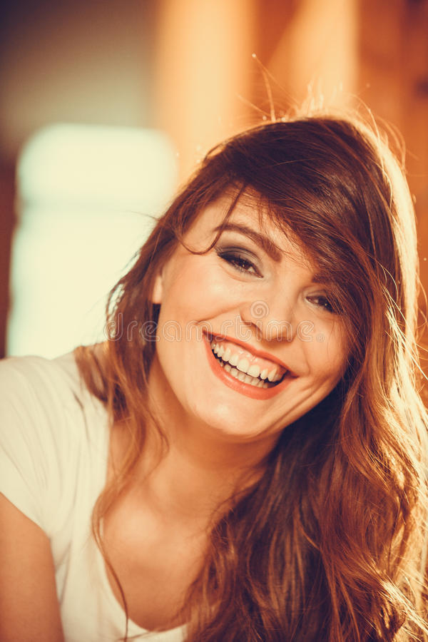 Porträt des glücklichen netten Mädchens der recht jungen Frau lizenzfreie stockbilder