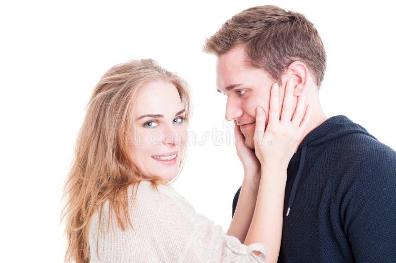Porträt des glücklichen Paars, das affektiv streichelt und ist stockfoto