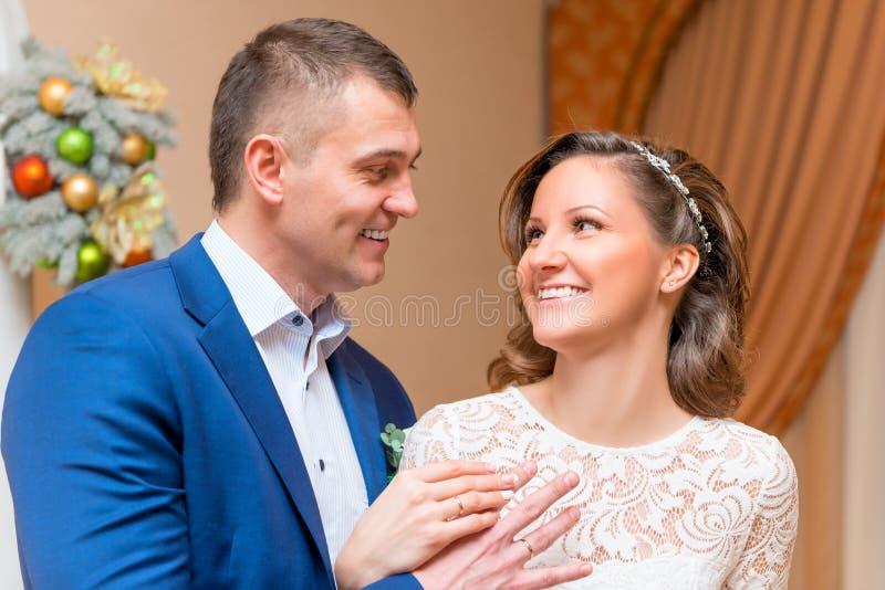 Porträt des glücklichen Paars am Hochzeitstag stockbild