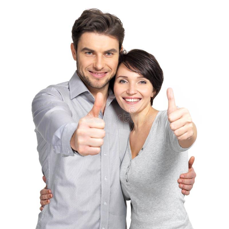 Porträt des glücklichen Paars mit den Daumen up Zeichen stockfotografie