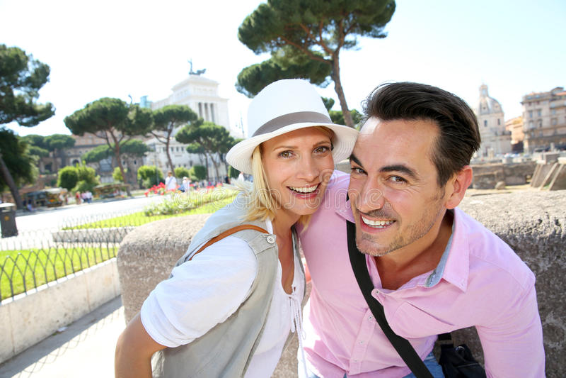 Porträt des glücklichen Paars Rom besichtigend stockbilder