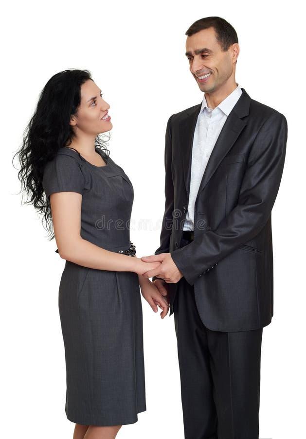 Porträt des glücklichen Paars am Studio kleidete in der klassischen Kleidung an stockbild