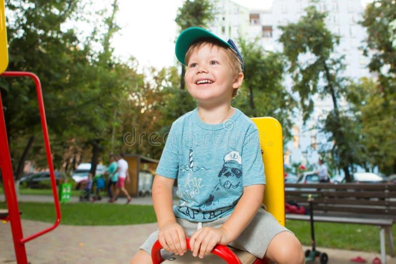 Porträt des glücklichen schönen kleinen Jungen lizenzfreie stockbilder