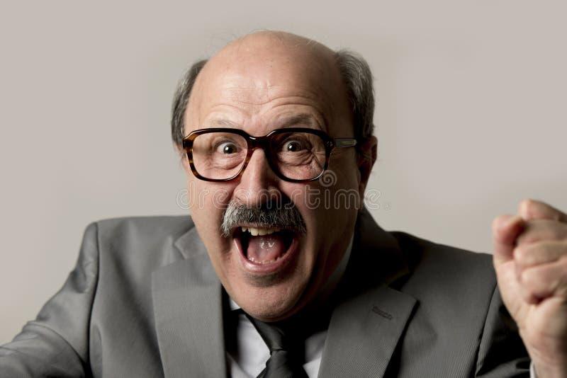 Porträt des glücklichen und aufgeregten älteren reifen Geschäftsmannes auf seinem stockfotos