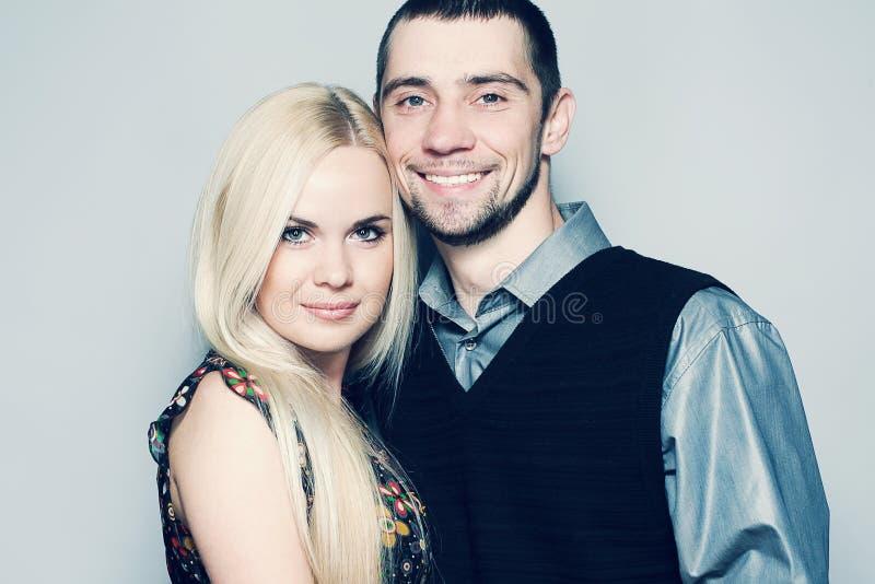 Porträt des glücklichen und liebevollen verheirateten Paars, das zusammen aufwirft stockfotografie