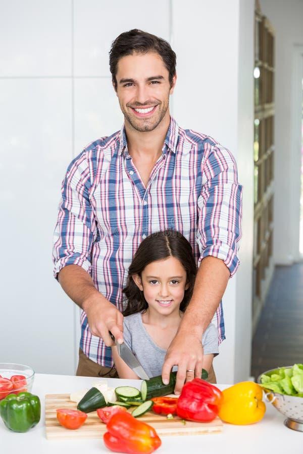 Porträt des glücklichen Vaterausschnittgemüses mit Tochter lizenzfreies stockbild