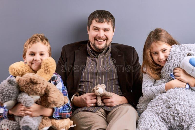Porträt des glücklichen Vaters mit zwei Kindern lizenzfreie stockfotos