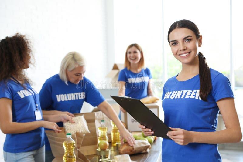 Porträt des glücklichen weiblichen Freiwilligen in der Uniform stockfotografie