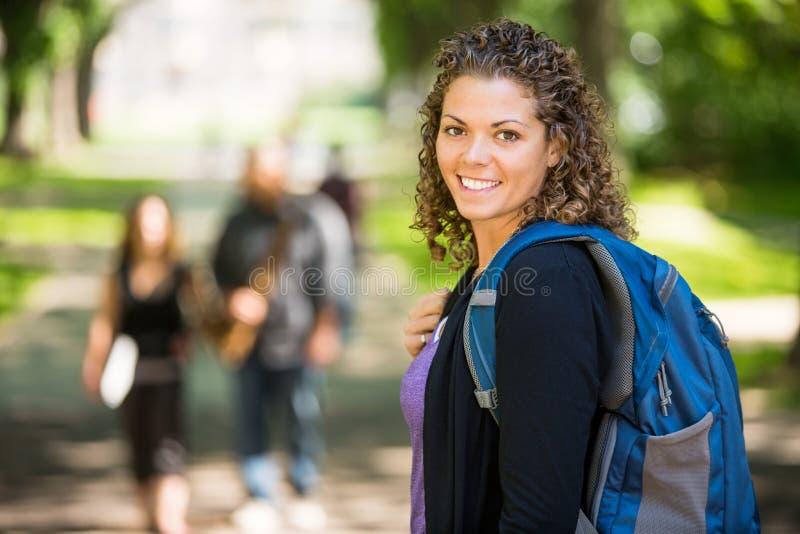 Porträt des glücklichen weiblichen Studenten stockbilder