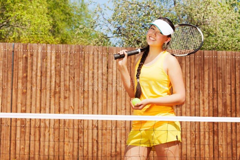 Porträt des glücklichen weiblichen Tennisspielers stockfotografie