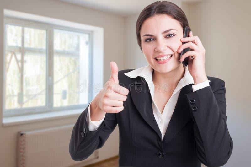 Porträt des glücklichen weiblichen Vermittlers, der sich Daumen zeigt lizenzfreies stockfoto