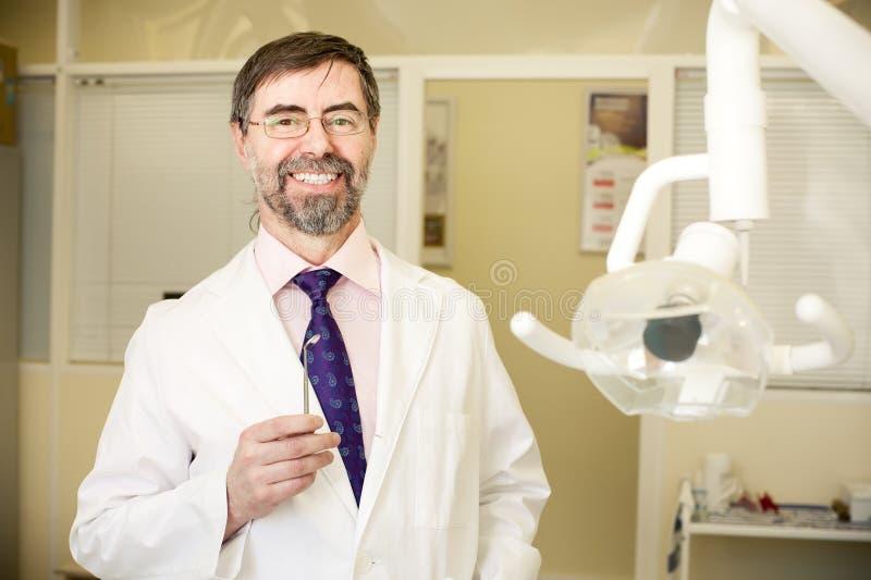 Glücklicher Zahnarzt stockbild