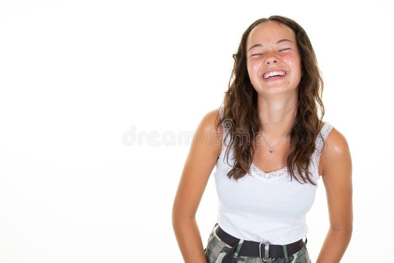 Porträt des glücklicher Brunette überraschten Jugendlichlächelnlachens der jungen Frau schloss Augen auf weißem Hintergrund lizenzfreies stockfoto
