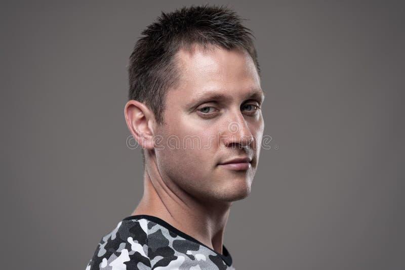 Porträt des gleichgültigen kühlen jungen Mannes, der Kamera mit skeptischem Ausdruck betrachtet stockbilder
