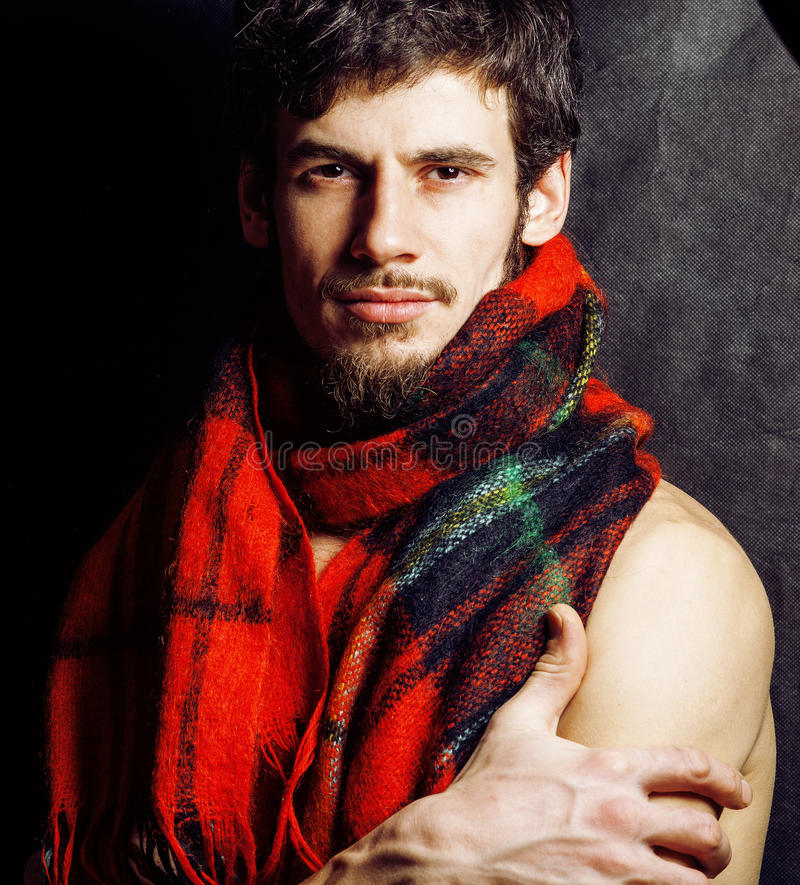Porträt des groben Mannes des hübschen reifen modernen bärtigen Hippies wärmte im Schalweihnachten gefärbt auf und lächelte, Lebe stockbilder