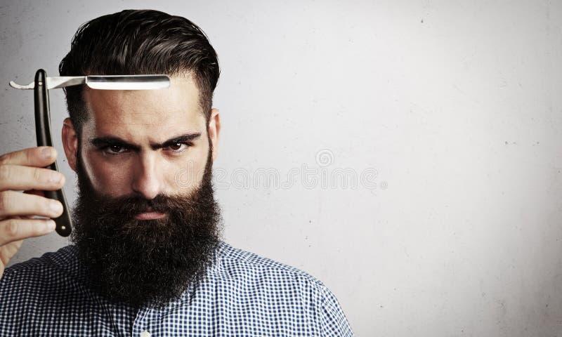 Porträt des groben Mannes mit geradem Rasiermesser der Weinlese lizenzfreies stockbild