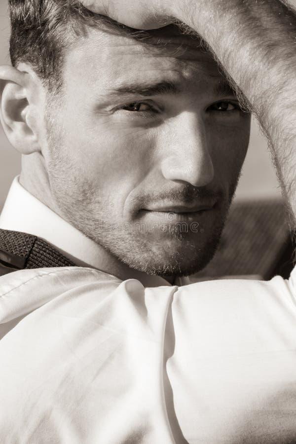 Porträt des gut aussehenden Mannes das tragendes Hemd und Weste schauend, die Kamera betrachten lizenzfreies stockfoto