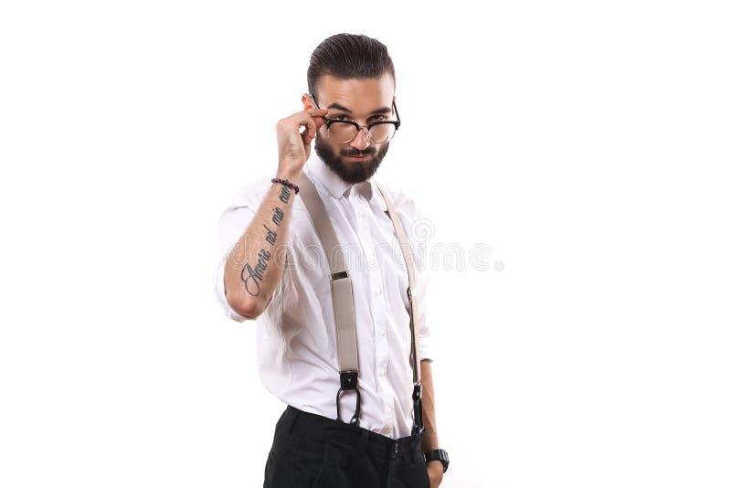 Porträt des gutaussehenden Mannes in den Gläsern, die für Fotografen im Studio aufwerfen lizenzfreies stockfoto