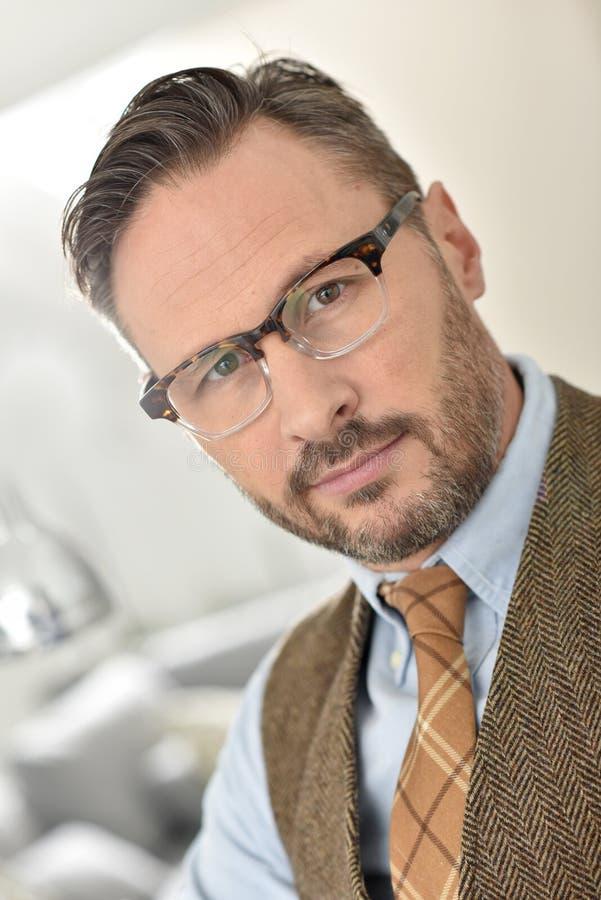 Porträt des gutaussehenden Mannes im Büro stockbild