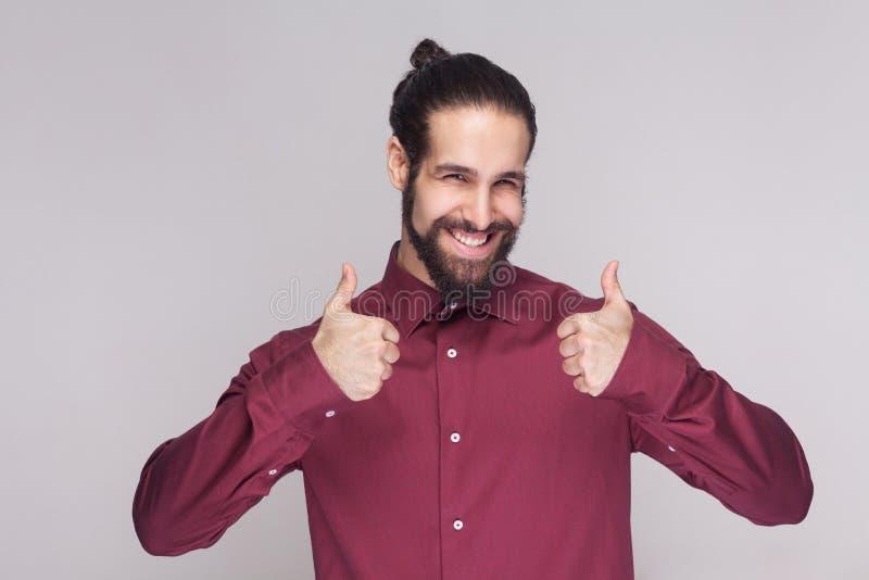 Porträt des gutaussehenden Mannes mit Dunkelheit sammelte langes Haar und Bart lizenzfreie stockfotos
