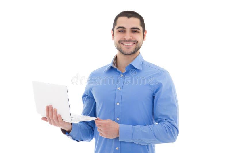 Porträt des hübschen arabischen Mannes mit dem Laptop lokalisiert auf Weiß stockbild