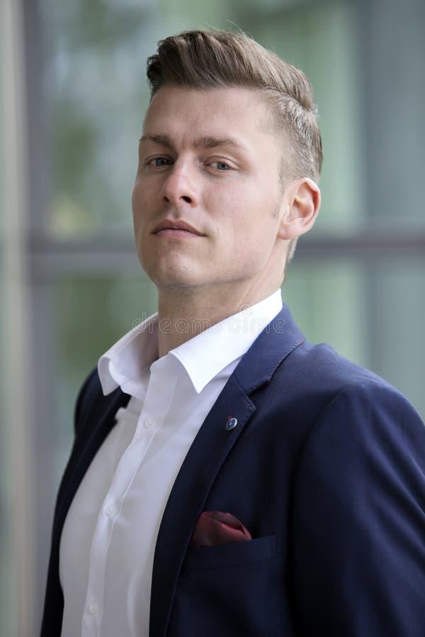 Porträt des hübschen blonden Mannes, der Kamera betrachtet lizenzfreie stockfotos